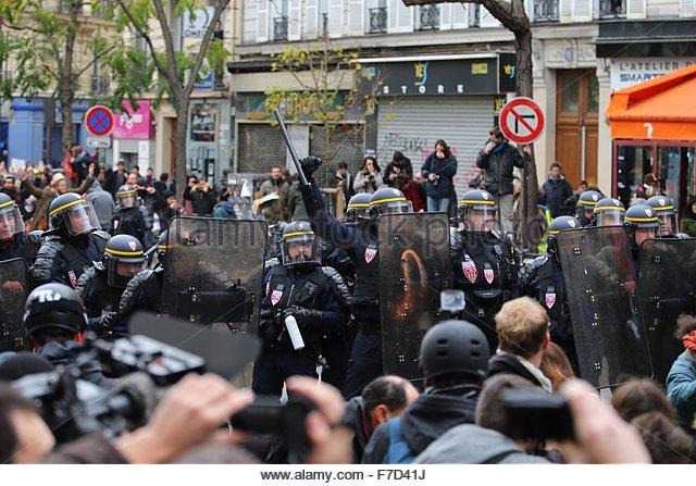 Paris-10E-Arrondissement, France. novembre 29th, 2015. FRANCE, Paris : Policemen gesture on the Place de la République - Stock Image