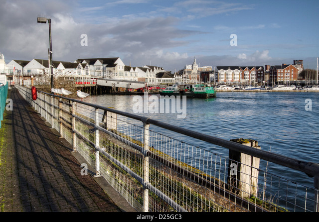 Walkway with seagulls sitting on the rail, overlooking Town Quay Marina, Southampton, Hampshire, England, UK - Stock-Bilder
