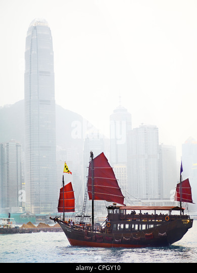 An old style Hong Kong Junk boat sails in Victoria Harbour in Hong Kong. - Stock-Bilder