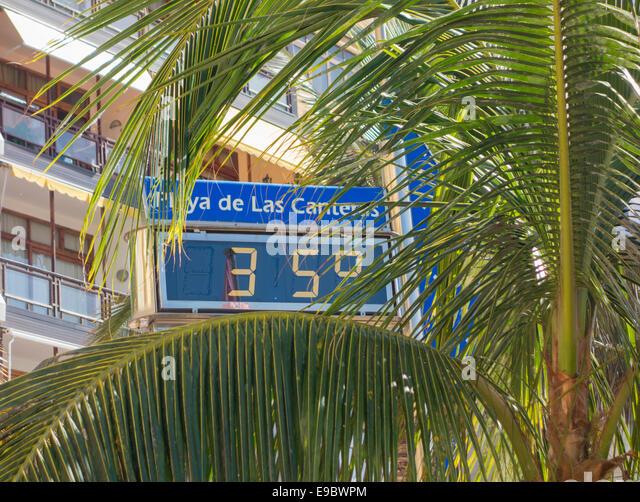 Digital thermometer reading 35 degrees C on Las Canteras beach, Las Palmas, Gran Canaria, Canary Islands, Spain - Stock Image