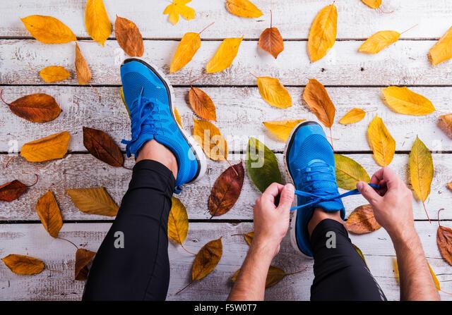 Runner tying shoelaces - Stock-Bilder