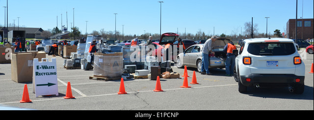 Workers remove electronic equipment from cars at an electronic recycling event in Ann Arbor, MI April 26, 2014. - Stock Image