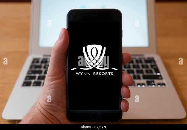 Using iPhone smartphone to display logo of Wynn Resorts - Stock-Bilder