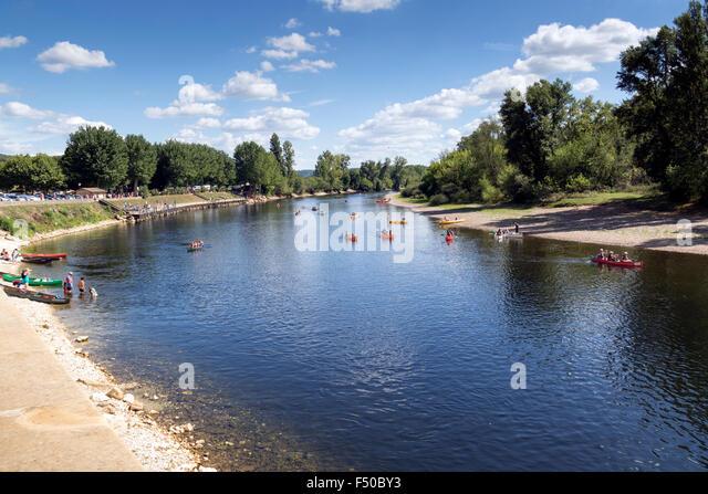Tourists enjoy canoeing down the Dordogne - Stock Image