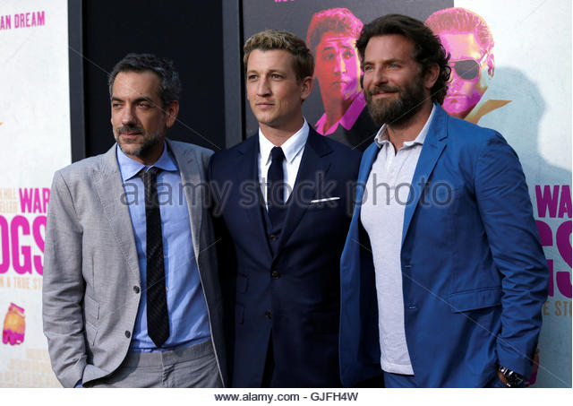 Director of the movie Todd Phillips (L) and cast members Bradley Cooper (R) and Miles Teller pose at the premiere - Stock-Bilder