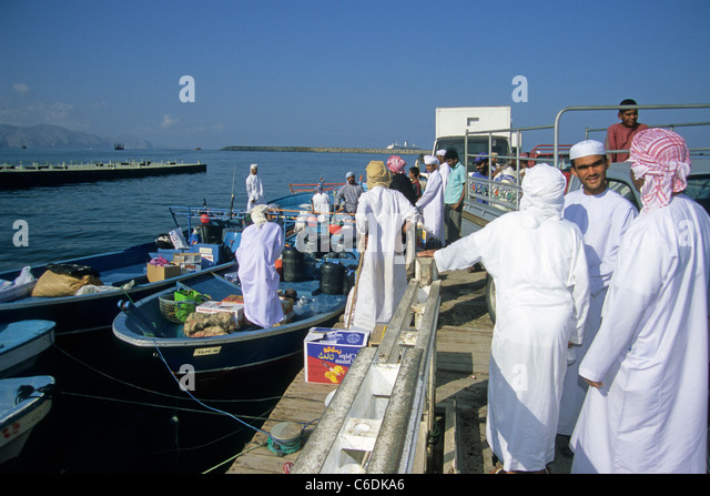 Osmanische Maenner verladen Kisten fuer den Transport auf dem Seeweg, Khasab, Harbour scene, Arabien men loading - Stock-Bilder