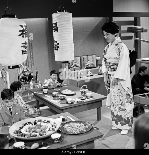 Epdisode '... bei den Japanern' aus der ZDF Fernsehserie 'Hallo Freunde', Deutschland 1968, Szenenfoto - Stock-Bilder