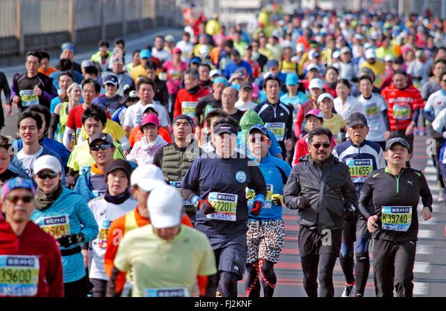 Tokyo, Japan. 28th Feb, 2016. A crown of Tokyo Marathon runners pass 43-km mark in the Koto Ward Tokyo Japan during - Stock-Bilder