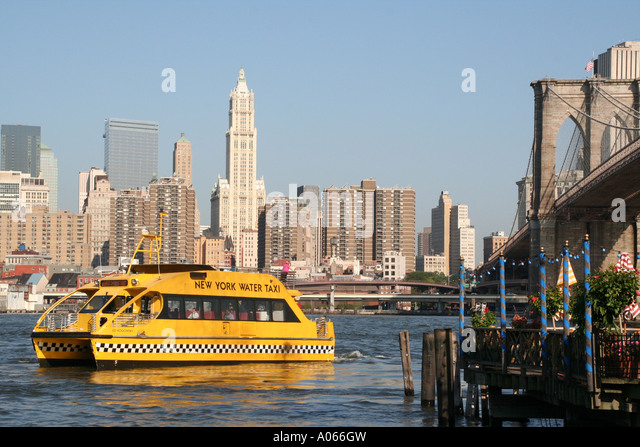 Spanning the East River from Brooklyn to Manhattan, the Brooklyn Bridge, New York with water taxi . - Stock Image