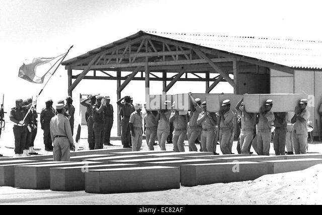 Egyptian soldiers carrying coffins of Israeli soldiers killed in the 1973 Yom Kippur (October) war - Stock Image