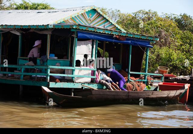 Floating house on Tonle Sap Lake near Chong Kneas Floating Village - Stock-Bilder
