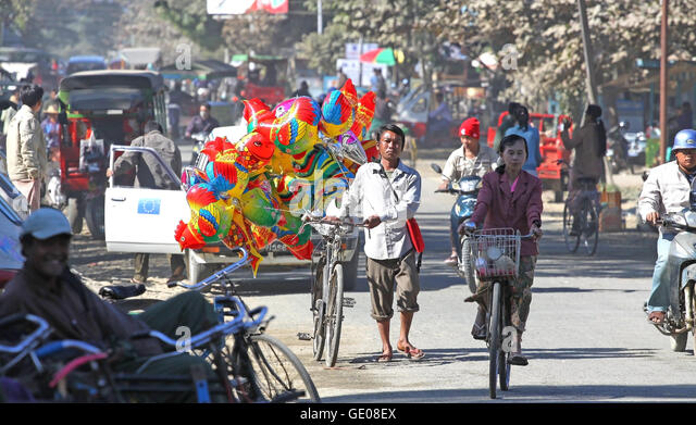 Life on the streets of Myitkyina. In Burma 36 percent of the population lives below the poverty line. - Stock-Bilder