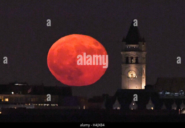 Washington, DC, USA. 16th Oct, 2016. A super moon rises over the old post office, which will become Trump International - Stock Image