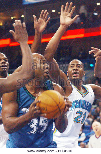 Minnesota Timberwolves forward Reggie Slater (35) tries to put the ball up passed the New Orleans Hornets' Jamaal - Stock Image