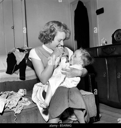 Family life: Mrs. Hull with her son after his bath. 1954 A160-001 - Stock Image