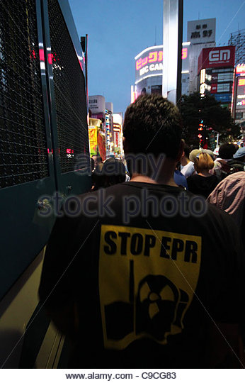 Greenpeace International Executive Director Kumi Naidoo walks between a police truck and a crowd of protesters in - Stock Image