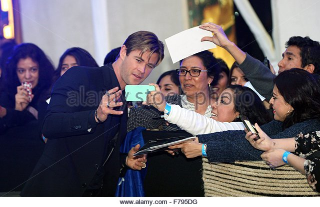 epa05039357 Australian actor and cast member Chris Hemsworth (C) greets his fans as he arrives for the premiere - Stock Image