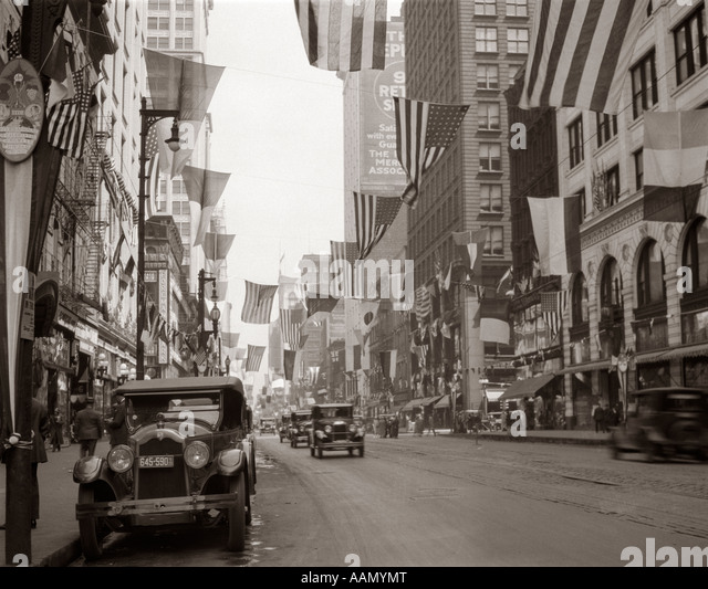 1926 DOWNTOWN CHICAGO'S STATE ST. WITH FLAGS - Stock Image
