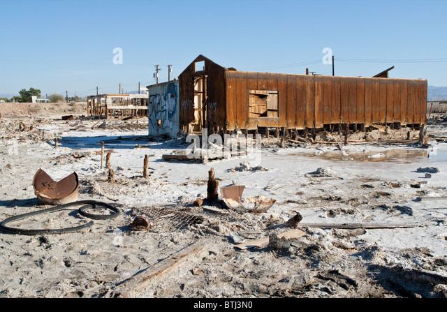 A building falling apart in Bombay Beach, Salton Sea, California - Stock Image