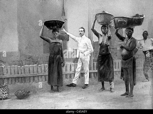 Belgian employee supervises black female workers on a plantation, 1899 - Stock-Bilder