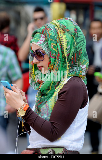 London, England, UK. Young Muslim woman in a colourful green headscarf - Stock-Bilder