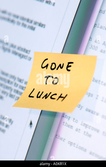 Post it note on computer screen - Stock Image