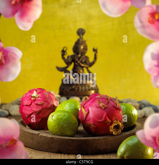 Dragon fruits and guava fruits on tray - Stock Image