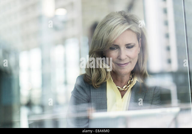 Mature businesswoman with blonde hair, portrait - Stock Image