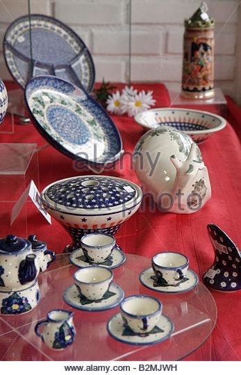 Indiana Valparaiso Calumet Road Polish Pottery window display ceramic gifts business shop home decor coffee cups - Stock Image