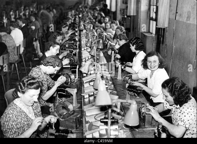 Women in the armament industry, 1940 - Stock-Bilder
