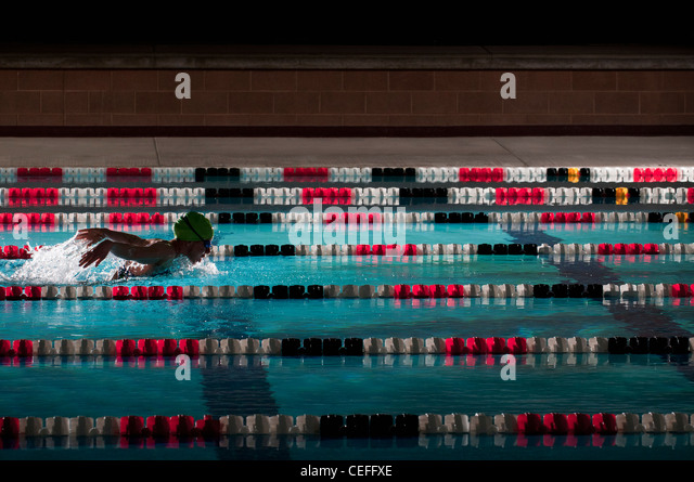 Woman swimming laps in pool - Stock Image
