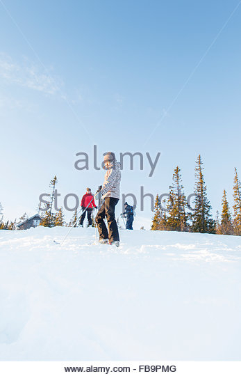 Sweden, Harjedalen, Vemdalen, Klovsjo, Woman looking at sister and father - Stock Image