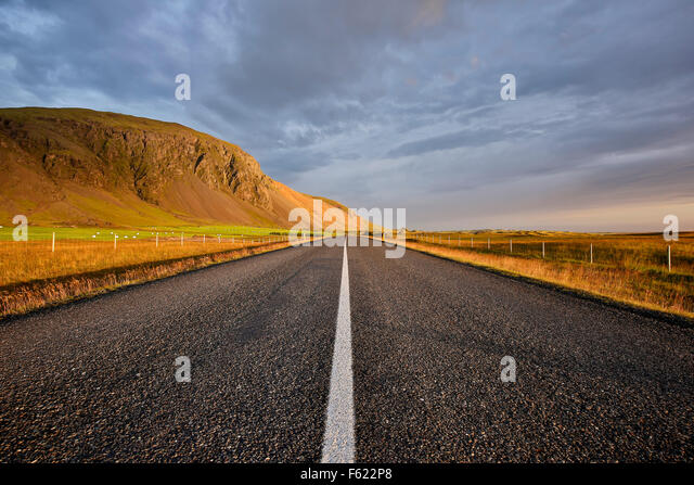 Route 1 (Ring Road) and mountain landscape near Hofn, Iceland - Stock-Bilder