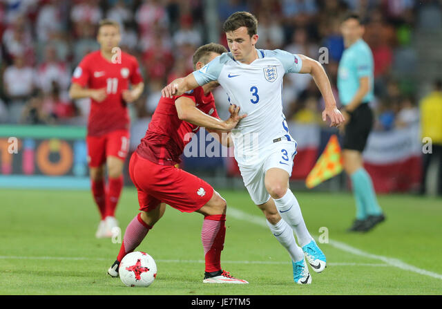 Kielce, Poland. 22nd June, 2017. Karol Linetty (POL) beaten by the turn from Ben Chilwell (ENG); UEFA Under21 Championship, - Stock-Bilder