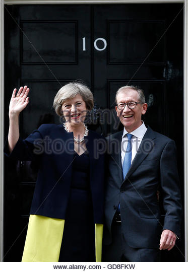 Britain's Prime Minister, Theresa May, and husband Philip pose for the media outside number 10 Downing Street, - Stock-Bilder