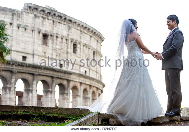 Newlyweds in front of the roman Colosseum - Stock-Bilder