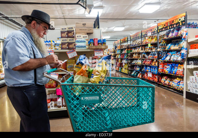Illinois Arthur Beachy's Bulk Foods grocery store supermarket shopping Amish clothing man cart - Stock Image