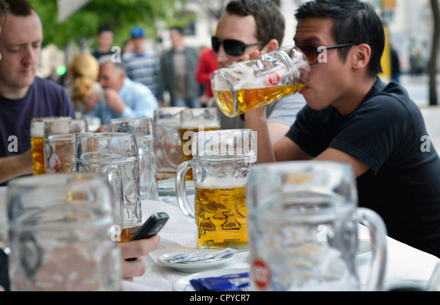 issue of binge drinking in colleges Four out of five american college students drink alcohol nearly half of all college drinkers are binge drinkers binge drinking can lead to injury, assault, arrest, academic issues and even death.