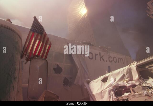 American flag planted in the rubble of World Trade Center after 9-11 terrorist attacks. The nearest structure is - Stock-Bilder