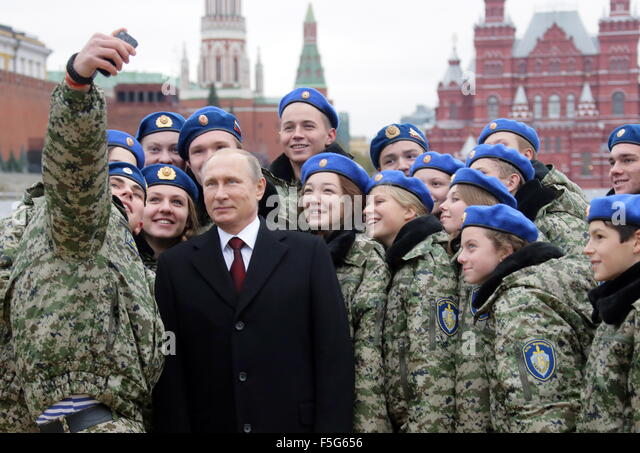 Moscow, Russia. 4th Nov, 2015. Russia's President Vladimir Putin poses for a photograph with students of the - Stock Image