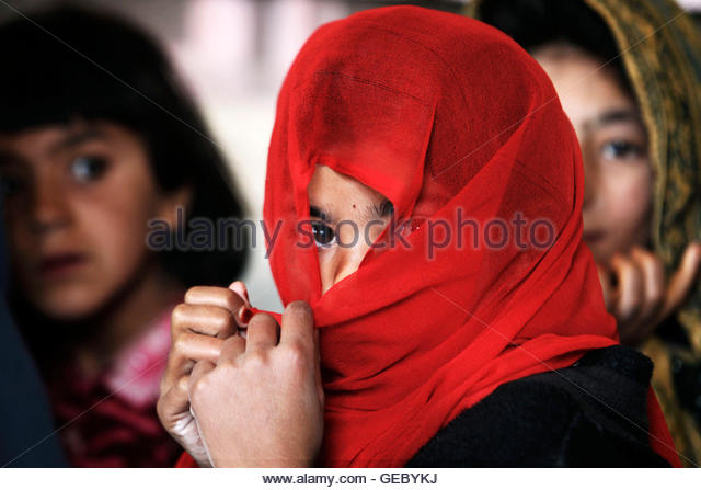 A girl covers her face with a scarf during class in the town of Kunjak in southern Afghanistan's Helmand province, - Stock-Bilder