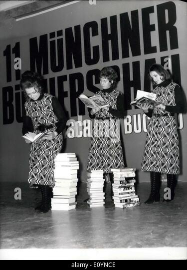 Nov. 23, 1970 - 11th book exhibition in the ''House of Arts'', Munich: On the book exhibition which - Stock-Bilder