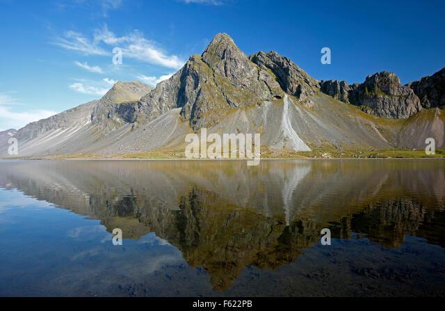 Vikurfjall Mountain reflected on water, from Hvalnes Nature Reserve, Iceland - Stock-Bilder