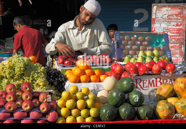 India, Maharashtra, Mumbai, Colaba, market, people, fruit, - Stock Image