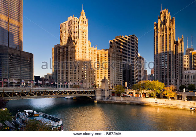 View over the Chicago river to the Wrigley building on North Michigan Avenue, Chicago, Illinois, USA. - Stock-Bilder