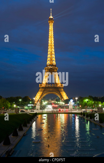 Eiffel Tower and reflection at twilight, Paris, France, Europe - Stock Image