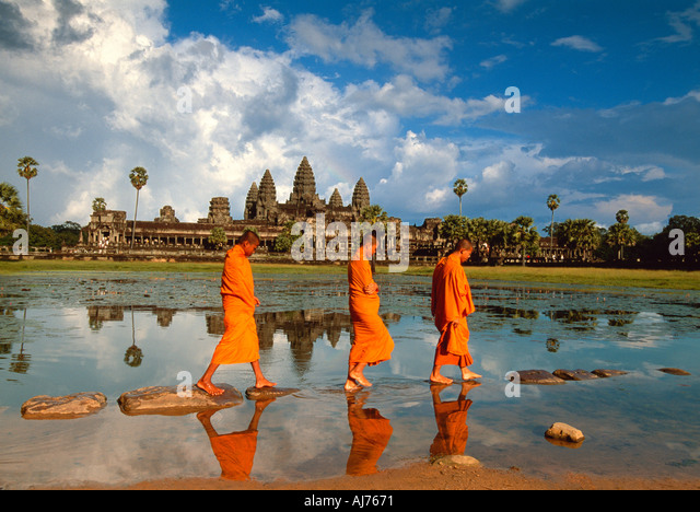 Monks walking past the reflection of Angkor Wat, Angkor, Cambodia - Stock-Bilder