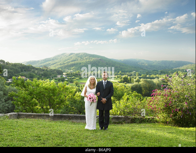 Wedding couple in sunlit garden - Stock Image