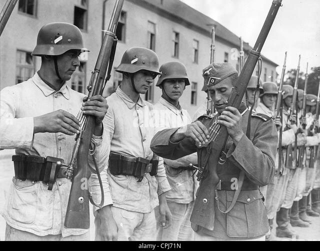Non-commissioned officer shows recruits how to load a carbine, 1940 - Stock Image