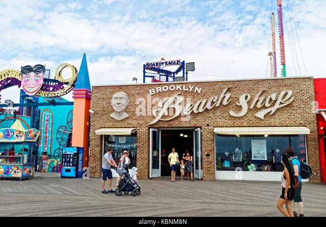 Beach shop souvenir store on the Coney Island, Brooklyn board walk. - Stock Image